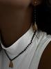 Naszyjnik z czarnym łańcuszkiem i złotą muchą NMI0031