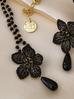 Naszyjnik z kwiatem i łańcuszkiem z czarnymi koralikami NLI0002