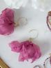 Kolczyki jedwabne kwiaty ciemno różowe KBL0394