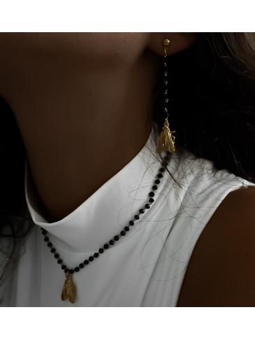 Kolczyki złote z czarnym łańcuszkiem i złotym owadem KMI0099